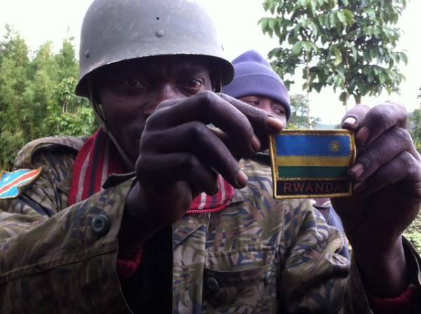 Un soldat congolais exhibe fièrement l'insigne du Rwanda qu'il affirme avoir trouvée sur un uniforme laissé à Rutshuru vers Chanzu, mardi 5 novembre 2013.