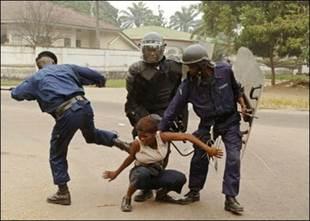 Photo, droits tiers. Policiers congolais réprimant des manifestants ç mains nues pour les droits de l'homme à Kinshasa. Violation grave, choc énorme